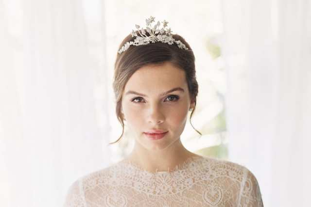 Acessório de cabelo para noiva: tiara/coroa princesa de flores de metal prateado.