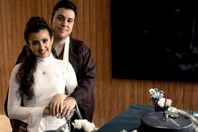 Casamento Star Wars na JediCon: noiva de princesa Leia e noivo jedi.