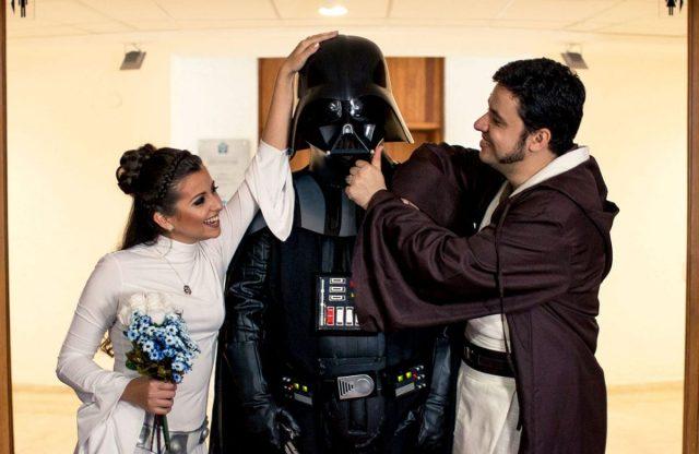 Casamento Star Wars na JediCon: noiva de princesa Leia e noivo jedi e Darth Vader.