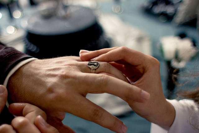 Casamento Star Wars na JediCon: troca de alianças.