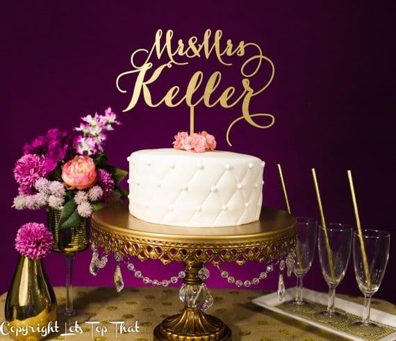 Topo de bolo de casamento com letras com sobrenome dos noivos. Foto: Let's Top That.