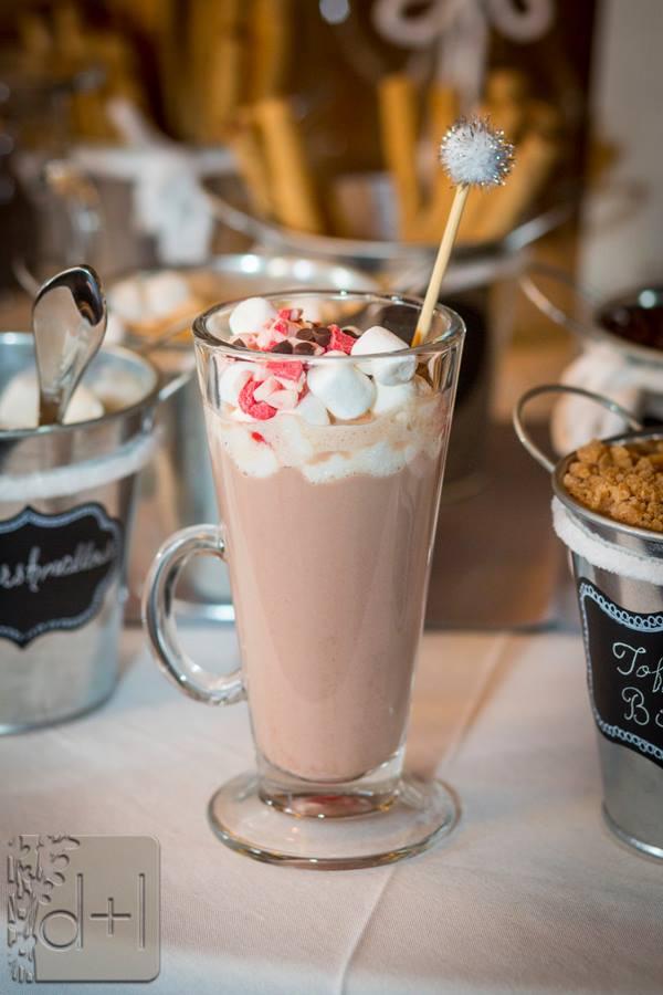 Bar de café e bebidas quentes em casamento. Foto:  David Lynn Photography.