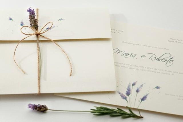 Convite de casamento em aquarela Bia Coutinho Conviteria com lavanda.