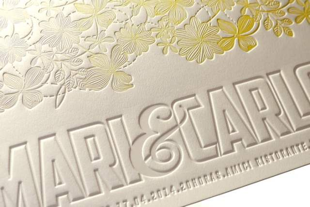 Detalhe de convite de casamento em relevo com nome dos noivos. Da Dom Bosco.