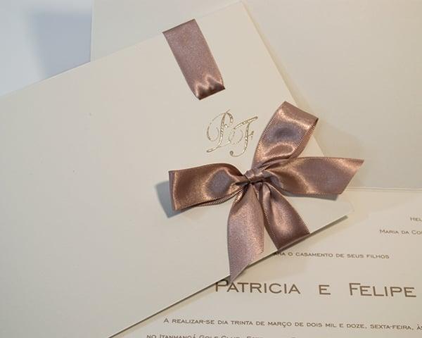 Convite de casamento chique de Eilá Nigri Designs com fita de cetim trespassada.