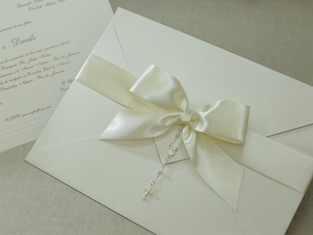 Convite de casamento chique de Eilá Nigri Designs com fita de cetim e terço católico.