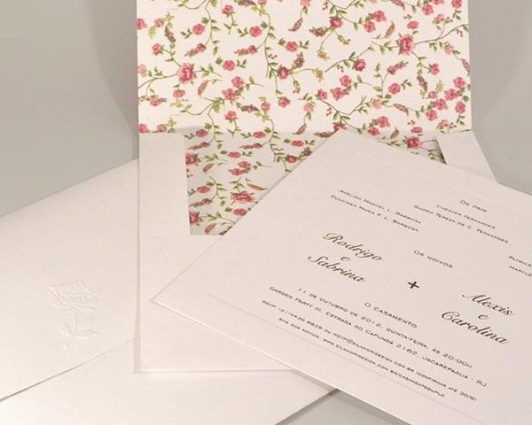 Convite de casamento chique de Eilá Nigri Designs com estampa liberty floral no interior do envelope.