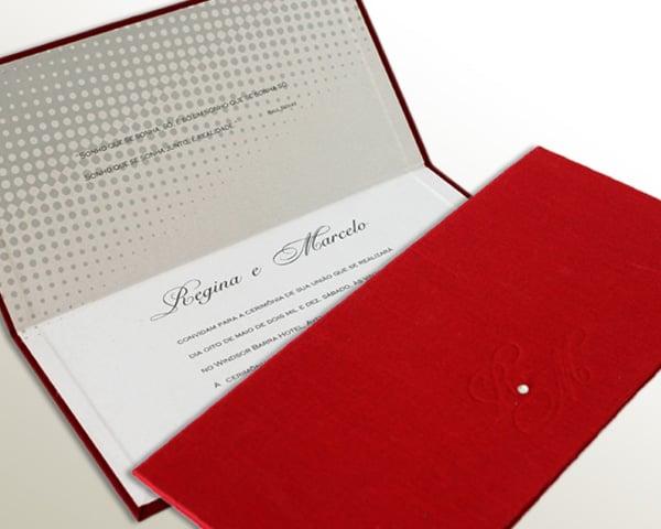 Convite de casamento chique de Eilá Nigri Designs com envelope em veludo vermelho.