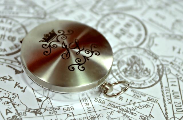 Convite de casamento com mapa mundi, coordenadas geográficas do casamento e bússola com iniciais dos noivos. Da Dom Bosco.