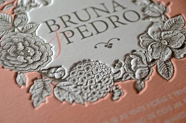 Detalhe de convite de casamento em relevo floral colorido. Da Dom Bosco.