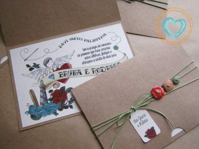 Convite de casamento com ilustração de tatuagem/tattoo e envelope amarrado com barabnte colorido e botões. Da Catita Convites.