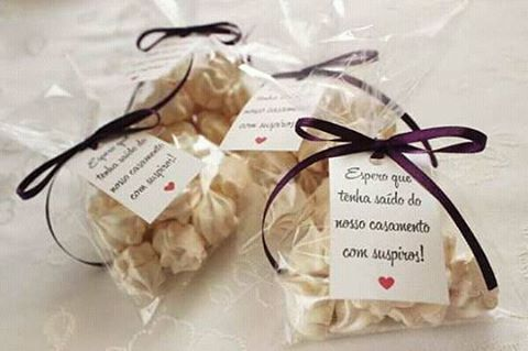 Lembrancinha de casamento barata: saquinho de suspiro com tag personalizada.