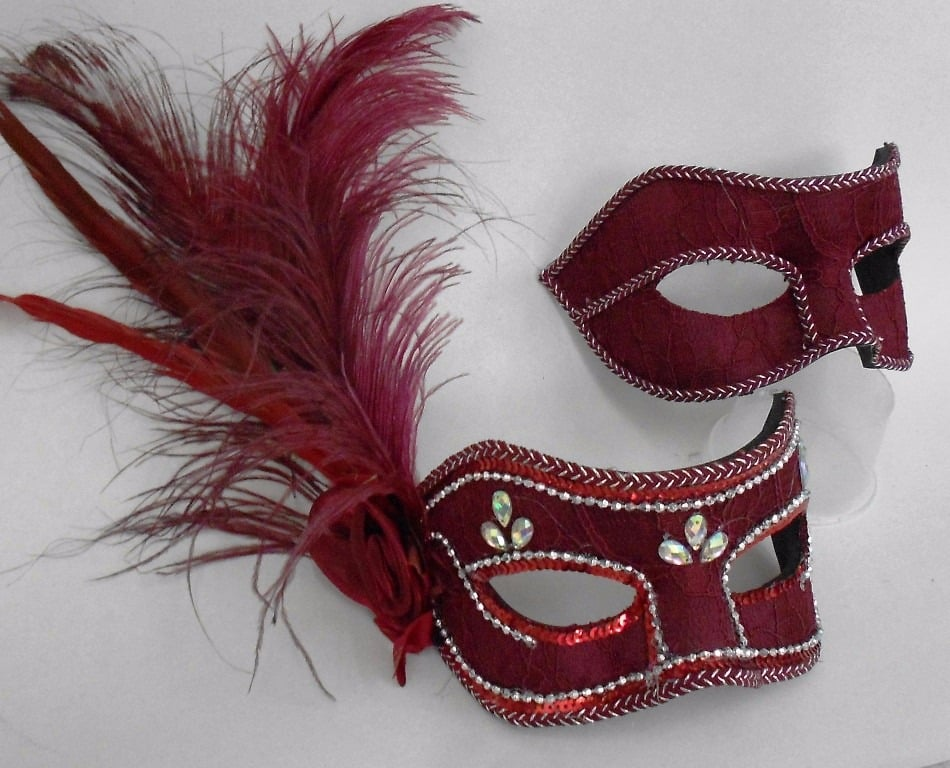 Máscaras venezianas luxo de carnaval para casal em vermelho.