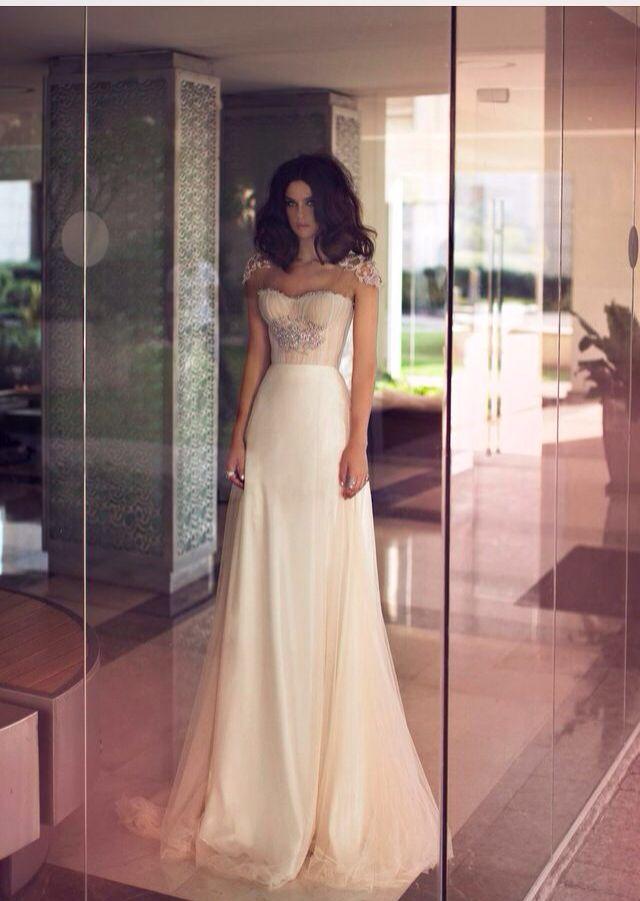 Vestido de noiva tomara-que-caia moderno e sexy. Foto e estilista: Zahavit Tshuba.