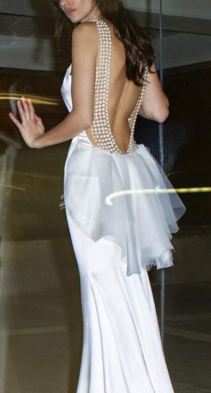 Vestido de noiva com decote nas costas e detalhes em pérola. Foto: Zahavit Tshuba.-tshuba