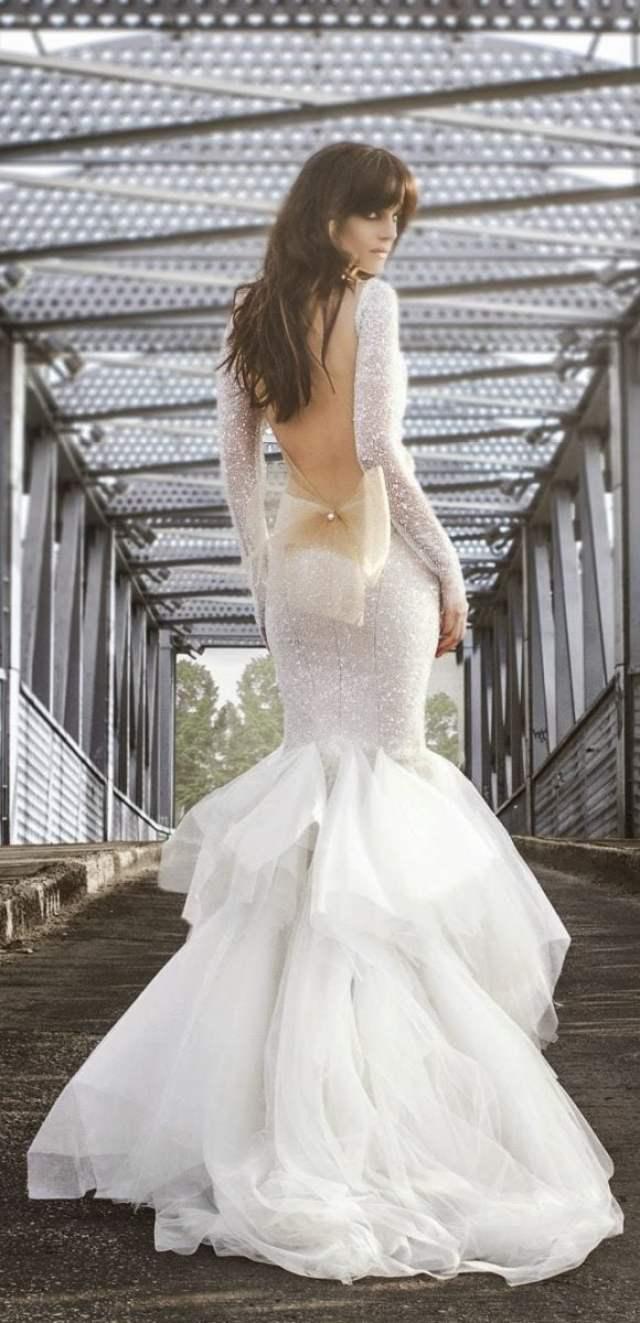 Vestido de noiva com decote nas costas, laço de tule, brilho e babados. Foto: Zahavit Tshuba.-tshuba
