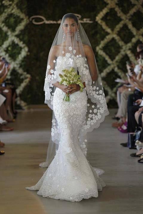 Véu de noiva longo e bordado na ponta com flores. De Oscar de la Renta