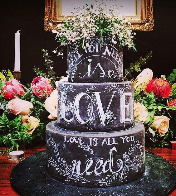 Chalkboard cake: bolo de casamento que parece lousa e giz com letra de All You Need Is Love. Foto: Deliciously Decadent.