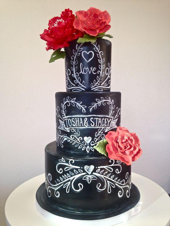 Chalkboard cake: bolo de casamento que parece lousa e giz com nome dos noivos. Foto: Gimme Some Sugar.