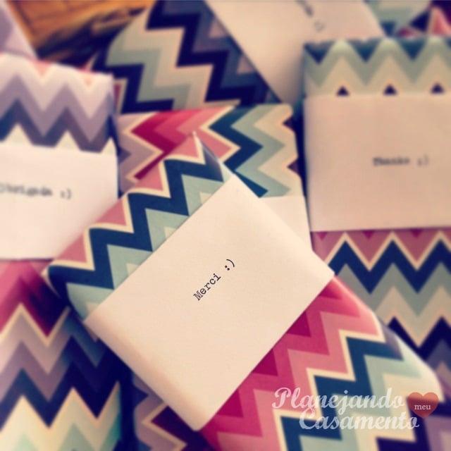 Lembrancinha para festa: chocolates com embalagem personalizada. Foto: blog Planejando Meu Casamento.