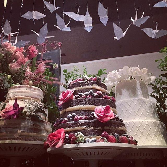Mesa do bolo e doces de casamento na feira Cheers Off. Da Manô Doces. Foto: Chuva de Noivas.