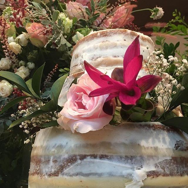 Naked cake branco com flores da Manô Doces na feira de noivas Cheers Off.