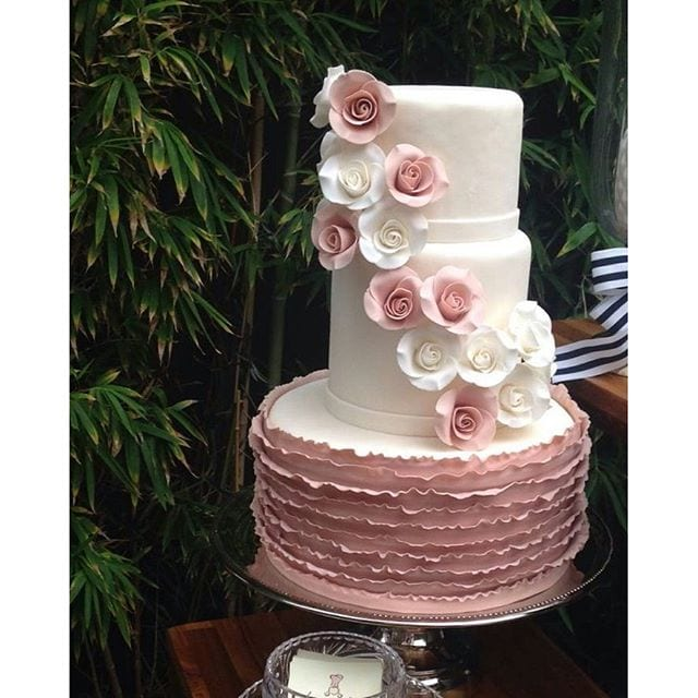 Bolo artístico de casamento com frufrus e flores. Da Le Malu Atelie.