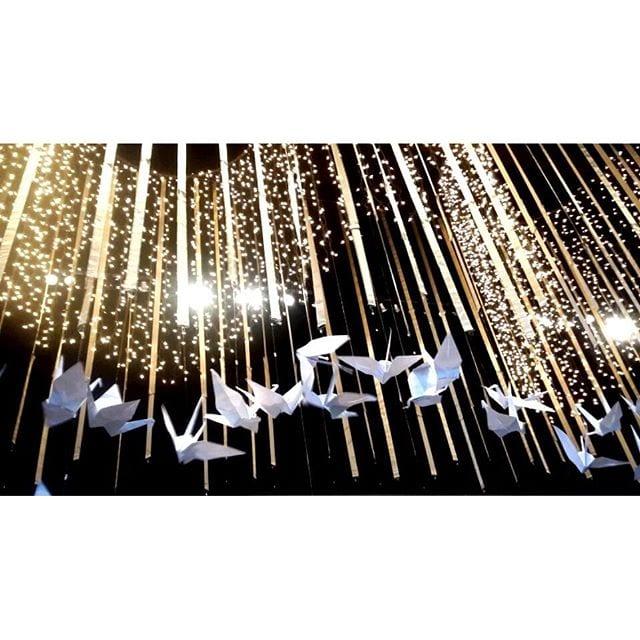 Decoração de casamento com luzinhas e tsurus na feira de noivas Cheers Off. Foto: Cerimoniale Eventos.