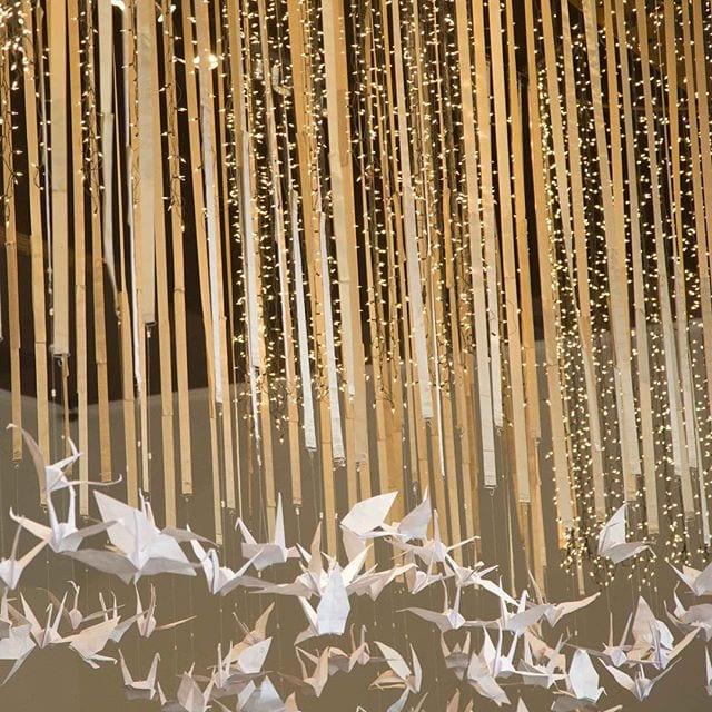 Decoração de casamento com luzinhas e tsurus na feira de noiva Cheers Off.