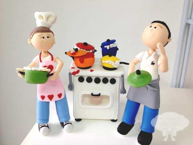 Noivinhos de topo de bolo de casamento chefs cozinheiros. Da Momentos Preciosos.