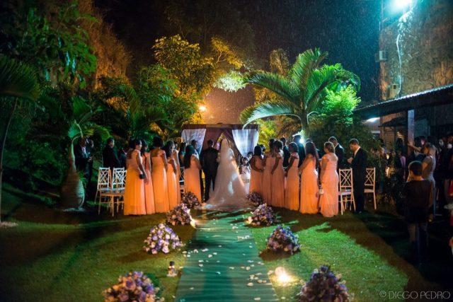 Casamento ao ar livre na Casa das Pedras, RJ. Casamento Naara e Rodrigo. Foto: Diego Pedro.