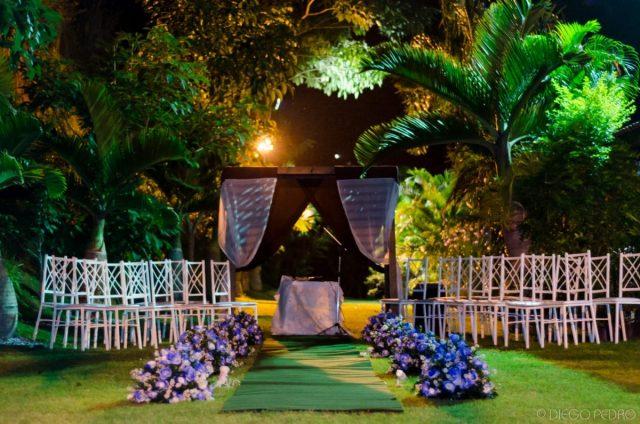 Cerimônia de casamento ao ar livre na Casa das Pedras, RJ. Casamento Naara e Rodrigo. Foto: Diego Pedro.