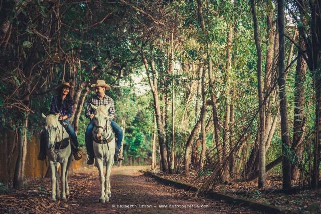 Ensaio de casamento pre-wedding estilo cowboy sertanejo, com os noivos Laurenice e Allison passeando a cavalo. Foto: Herbeth Brand.