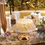 Mesa do bolo para casamento com diversos bolos da Petite Fabrique. Foto: Planejando Meu Casamento.
