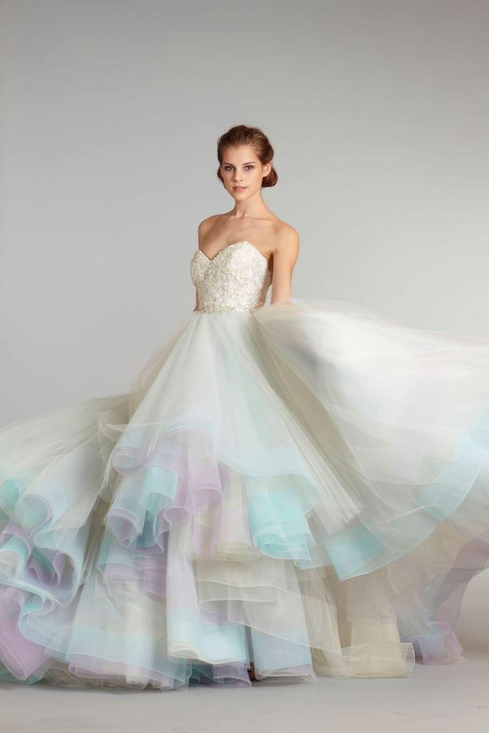 Vestido de noiva com detalhe colorido na saia: azul e lilás. Estilista Lazaro para JLM Couture.