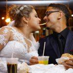Noiva e noivo dividem uma batatinha no McDonalds no dia do casamento. Foto: Perfil Studio Fotográfico.