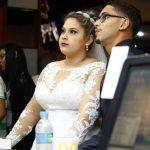 Noiva e noivo escolhem lanche no balcão do McDonalds no dia do casamento. Foto: Perfil Studio Fotográfico.