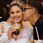 Noiva e noivo brindam com suco do McDonalds no dia do casamento. Foto: Perfil Studio Fotográfico.