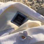 Terno de linho branco para casamento na praia da Coca-Cola Jeans feita para o noivo Di Ferrero para casamento com Isabeli Fontana.