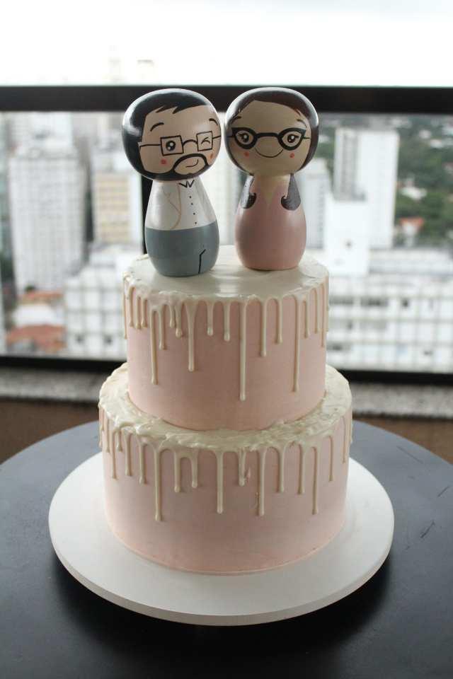 Bolo de casamento para mini wedding: drippy cake de chocolate branco e noivinhos de topo de bolo estilo babushka.