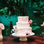 Bolo de casamento: cobertura rústica cremosa branca (chantininho). Feito por: Bolos da Cíntia (contato@bolosdacintia.com)