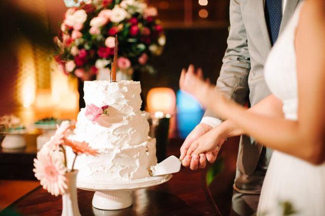 Bolo de casamento com cobertura cremosa (chantininho), espatulado rústico e flores do Bolos da Cíntia. Foto: Gustavo Gaiote Fotografia.