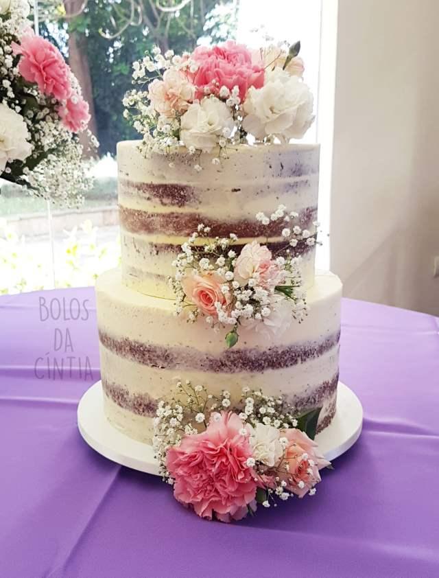 Bolo de casamento: semi naked cake ou espatulado com flores. Por Bolos da Cíntia.