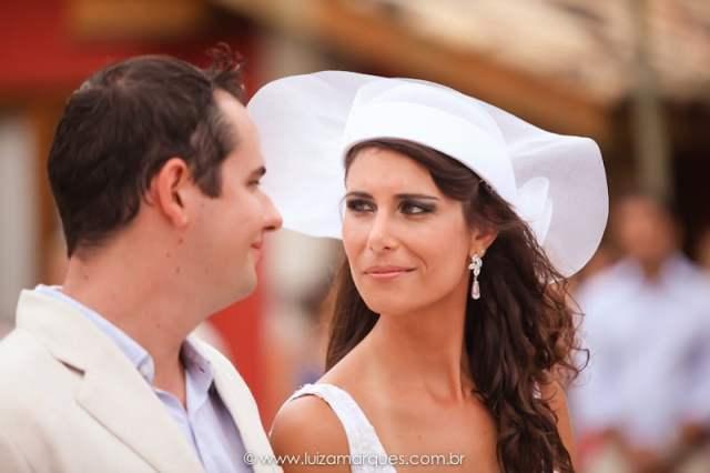 Acessórios de noiva: chapéu para casamento na praia. Foto: Luiza Marques. Mais inspirações no site Planejando Meu Casamento ( www.planejandomeucasamento.com.br ).