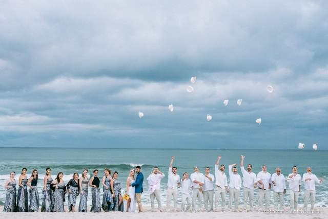 Padrinhos de casamento na praia. Foto: Rafa Ramos. Mais inspirações no blog Planejando Meu Casamento ( www.planejandomeucasamento.com.br ).