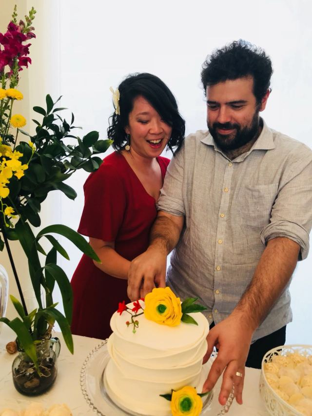 Bolo de casamento civil: flores amarelas + branco com babados. Feito por Cíntia Costa Cake Studio (contato@cintiacostacakestudio.com.br )