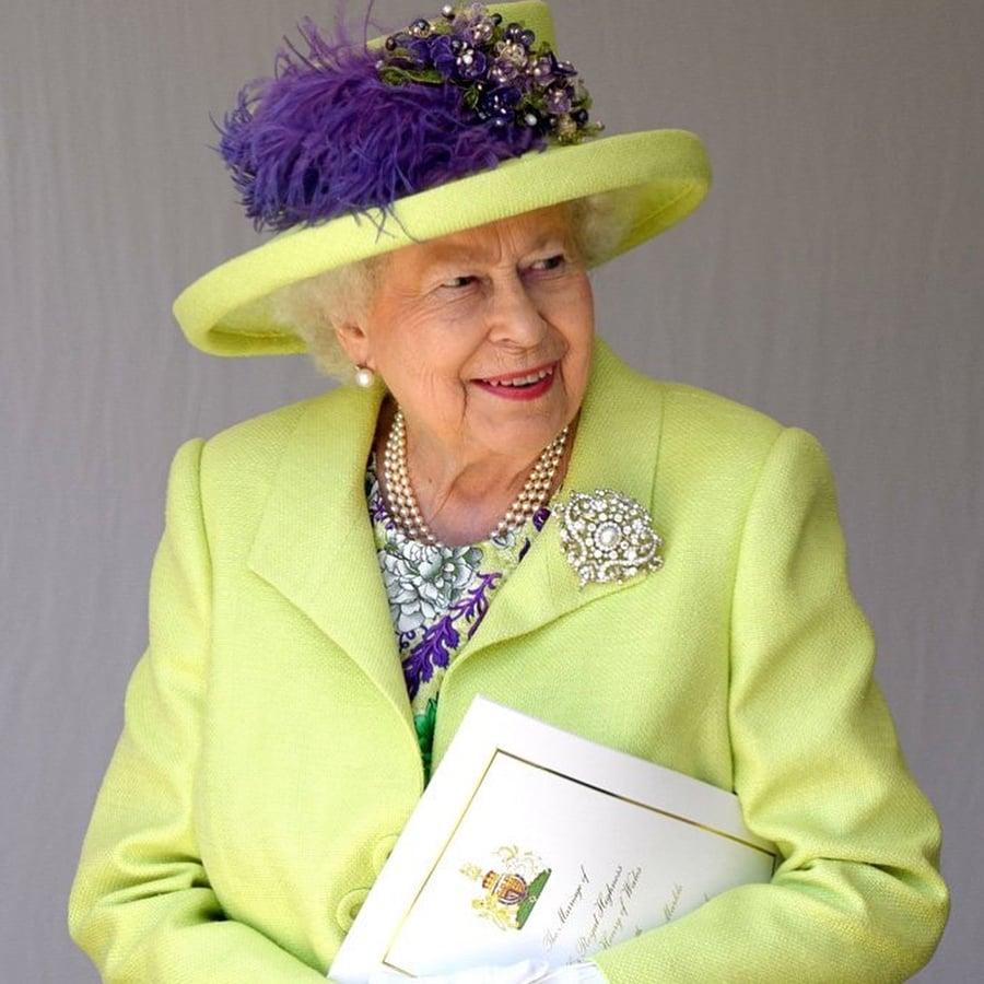 Vestido e chapéu usados pela Rainha Elizabeth no casamento Real: Príncipe Harry e Megan Markle. Mais detalhes no blog www.planejandomeucasamento.com.br