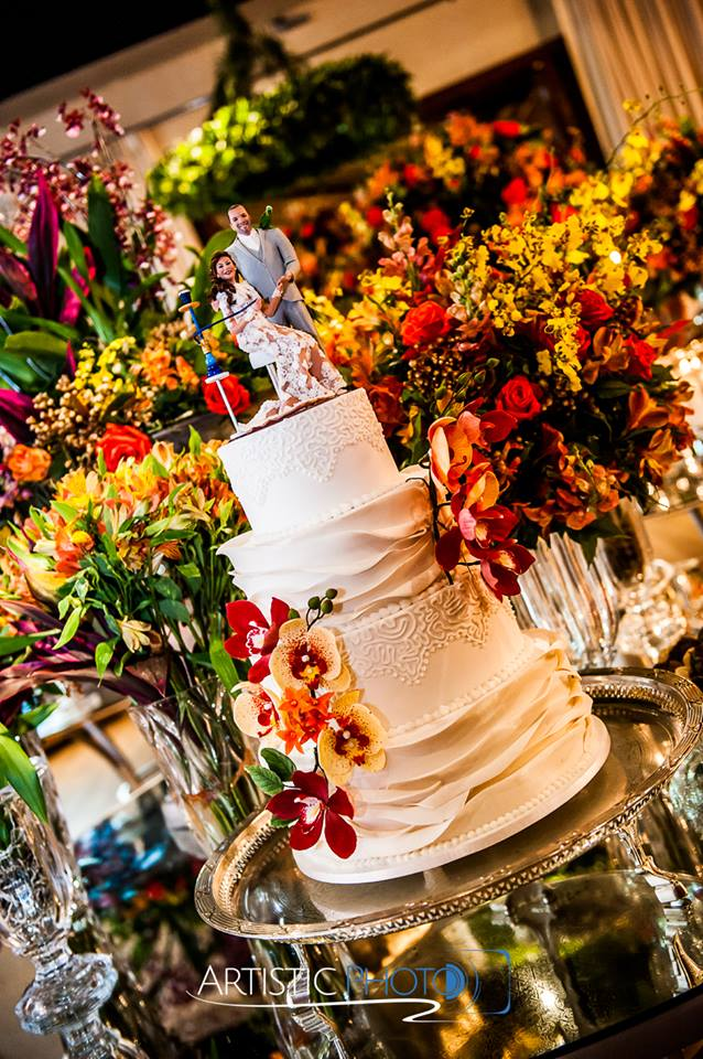 Bolo de casamento com 4 andares decorado com orquídeas de açúcar feito por Cake Studio ( www.cakestudio.com.br | contato@cakestudio.com.br ). Foto: Artistic Photo.