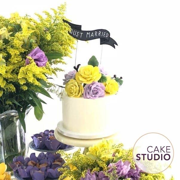 Bolo de casamento mini wedding espatulado com flores. Feito por Cake Studio ( www.cakestudio.com.br | contato@cakestudio.com.br )