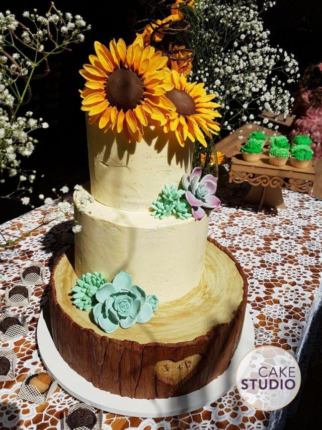 Bolo de casamento rústico com girassol e suculenta. Feito por Cake Studio ( www.cakestudio.com.br | contato@cakestudio.com.br )